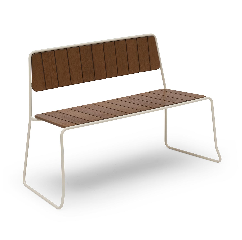 Oas soffa i vitlackat stål och brun furu från Hillerstorp Trä.