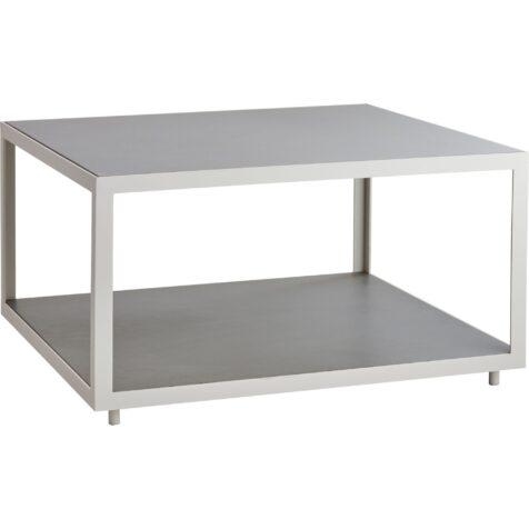 Level soffbord i vitt med ljusgrå skiva från Cane-Line.