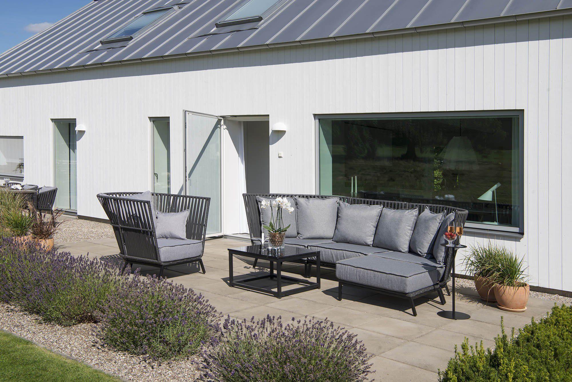 Fåtölj, soffbord och hörnsoffa i konstrotting från Hillerstorp.
