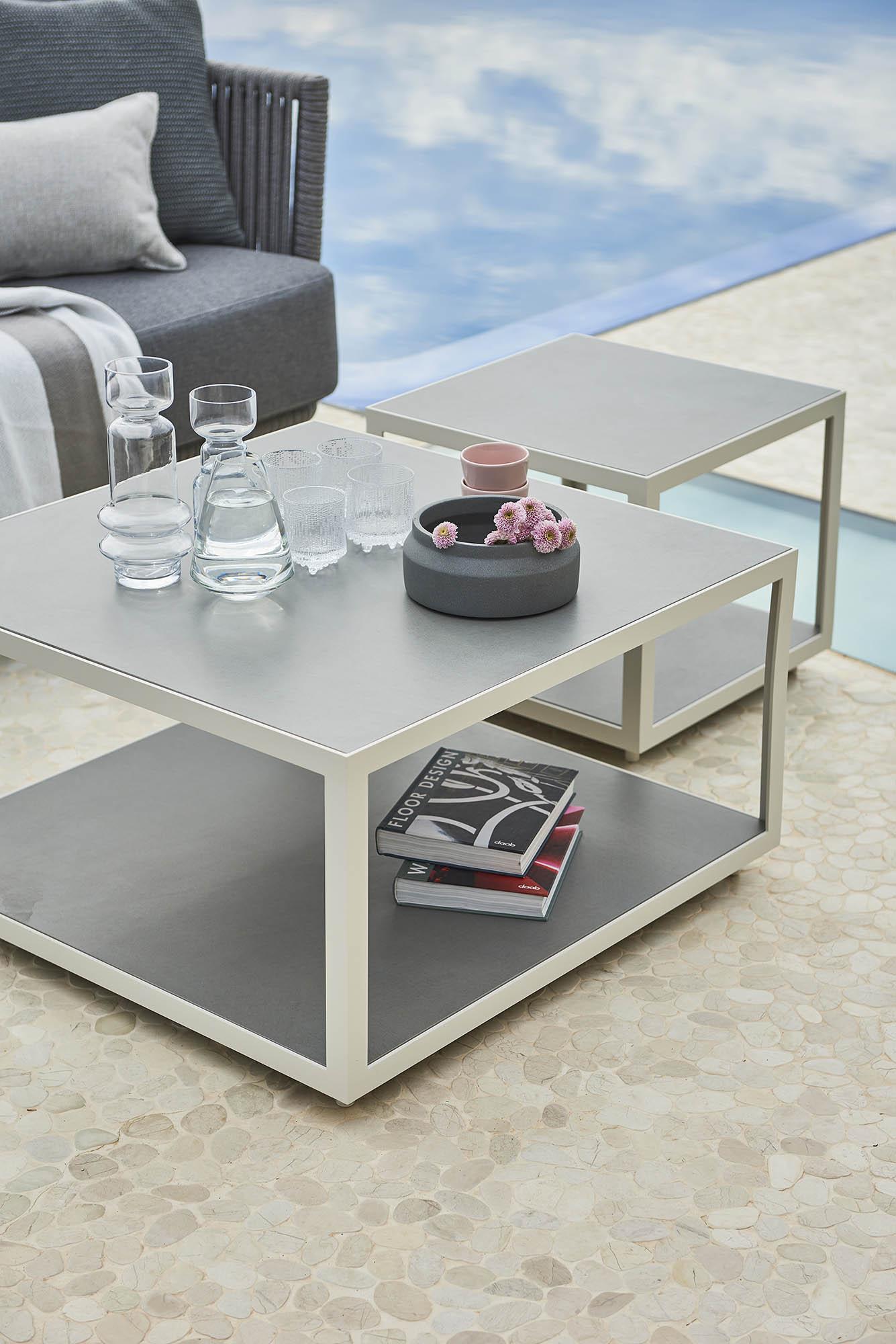 Level soffbord och sidobord i vit aluminium med ljusgrå keramikbordsskiva.