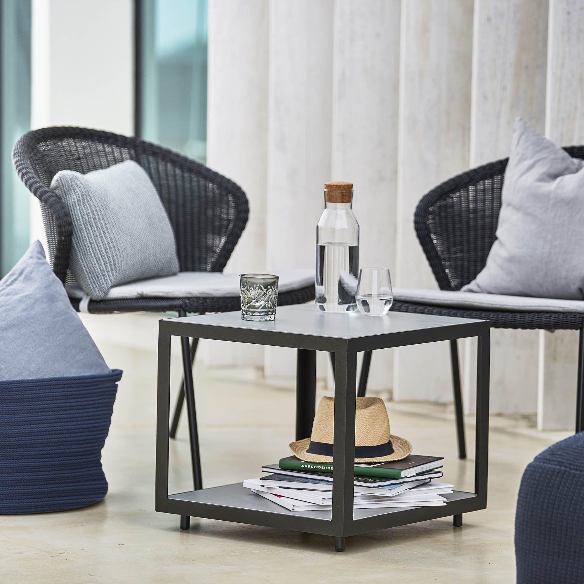 Miljöbild på Level sidobord och Lean loungestol från Cane-Line
