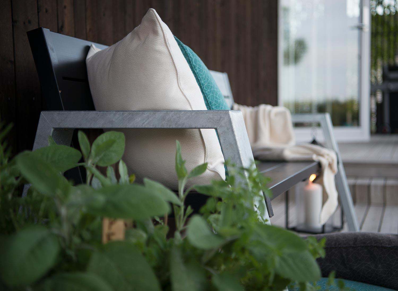 Rejäl soffa från Hillerstorp med galvat stativ och svartlackad sits och rygg.
