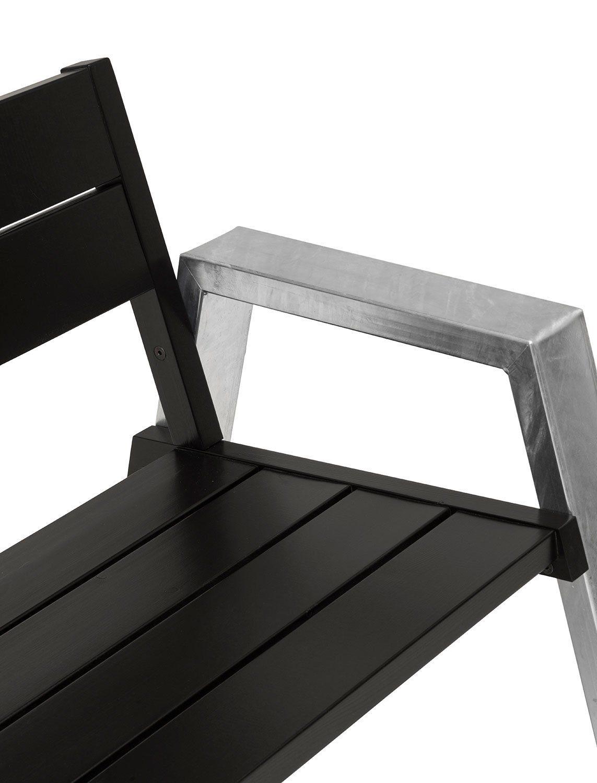 Detaljbild på Rejäl soffa från Hillerstorp i galvaniserat stål och furu.
