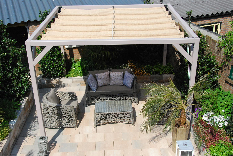 Pergolux tak i sandfärgat från Nesling.