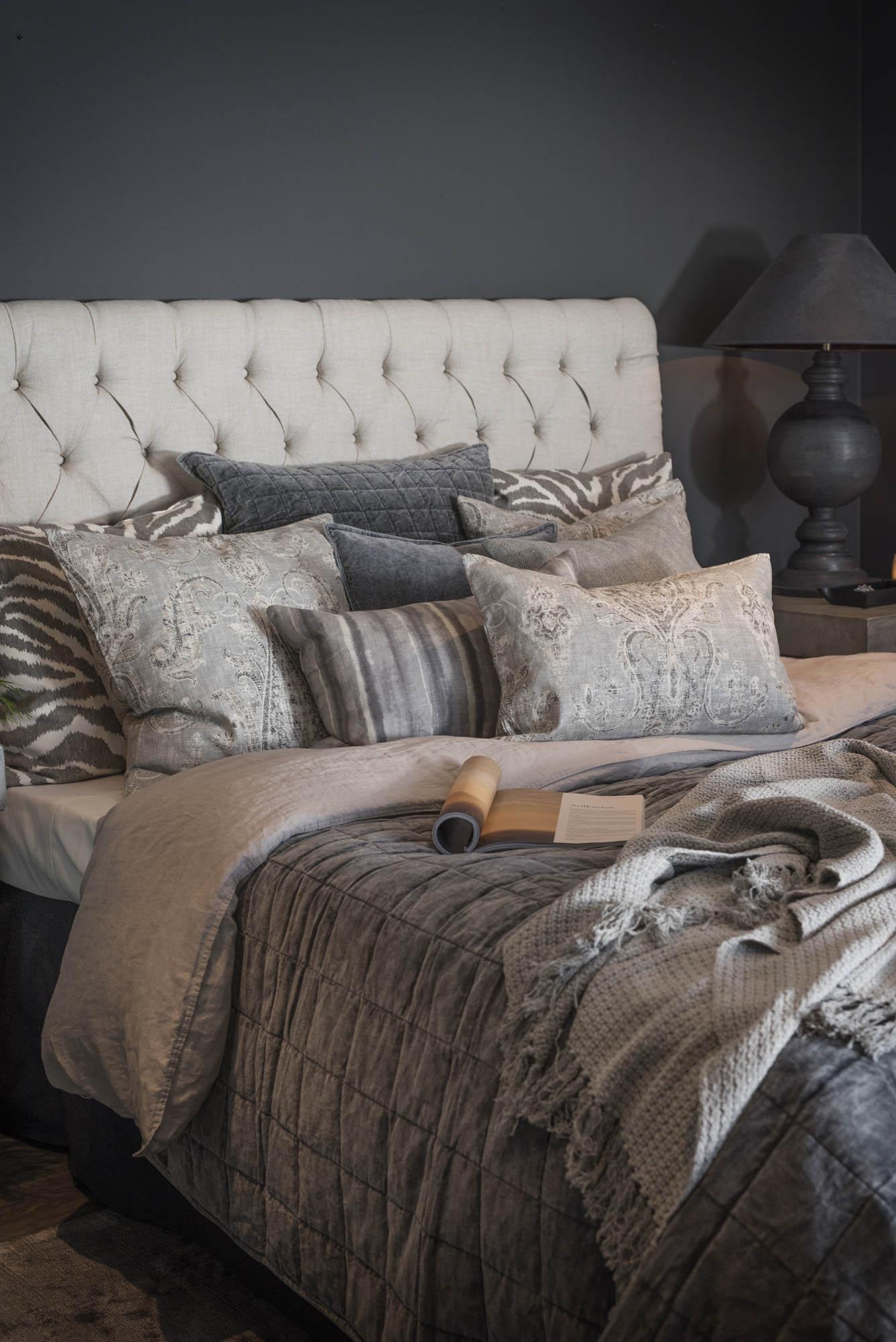 Miljöbild på säng med London sänggavel och prydnadskuddar från Artwood.