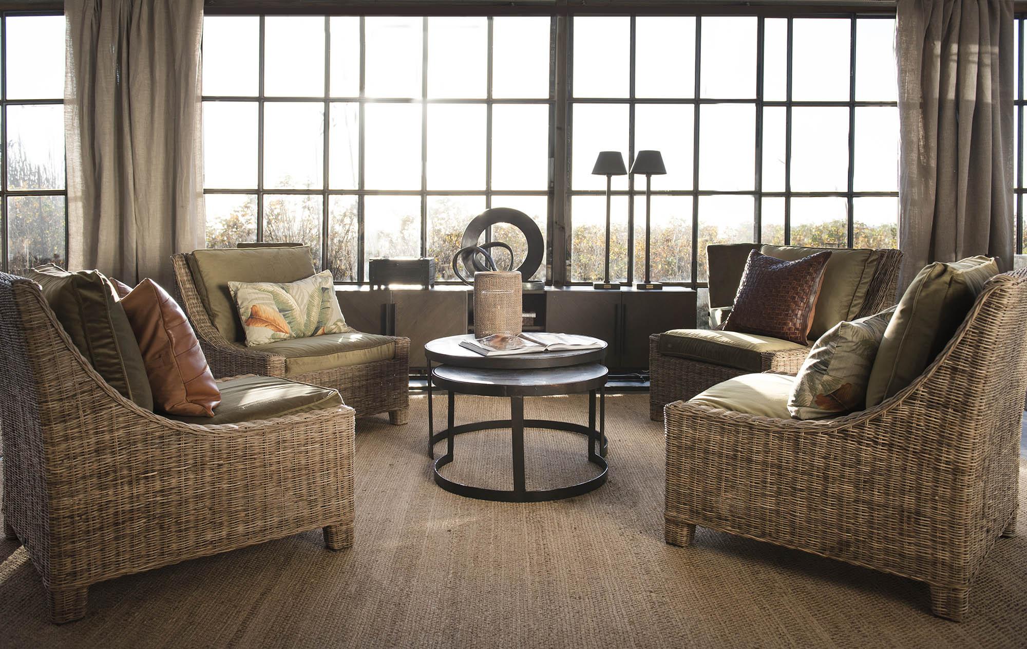 Miljöbild på Madison loungefåtöljer i rotting med soffbordet Alanso från varumärket Artwood.