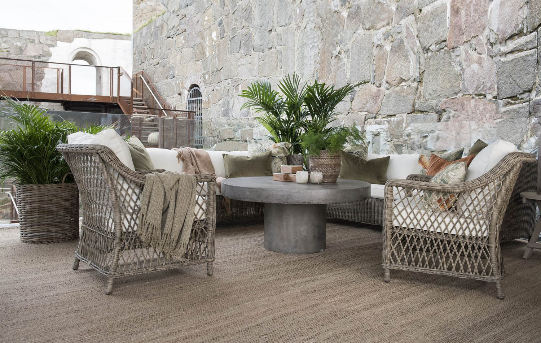 Miljöbild på Arlington soffa, Marbella fåtöljer och Regent betongbord från Artwood.