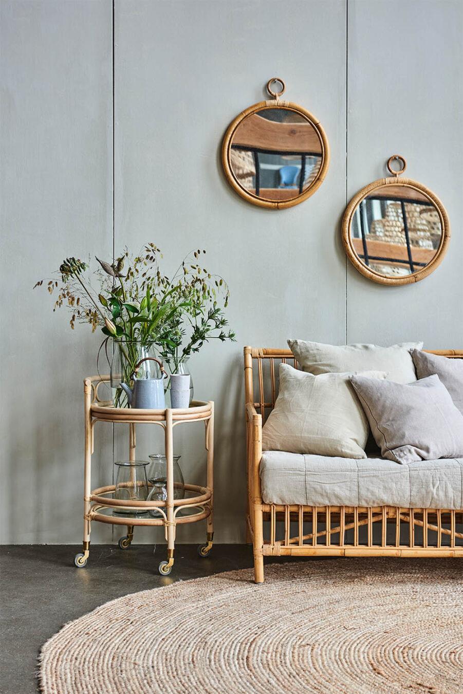 Miljöbild på Caroline soffa med sidobord Romeo och två stycken Ella speglar på väggen.