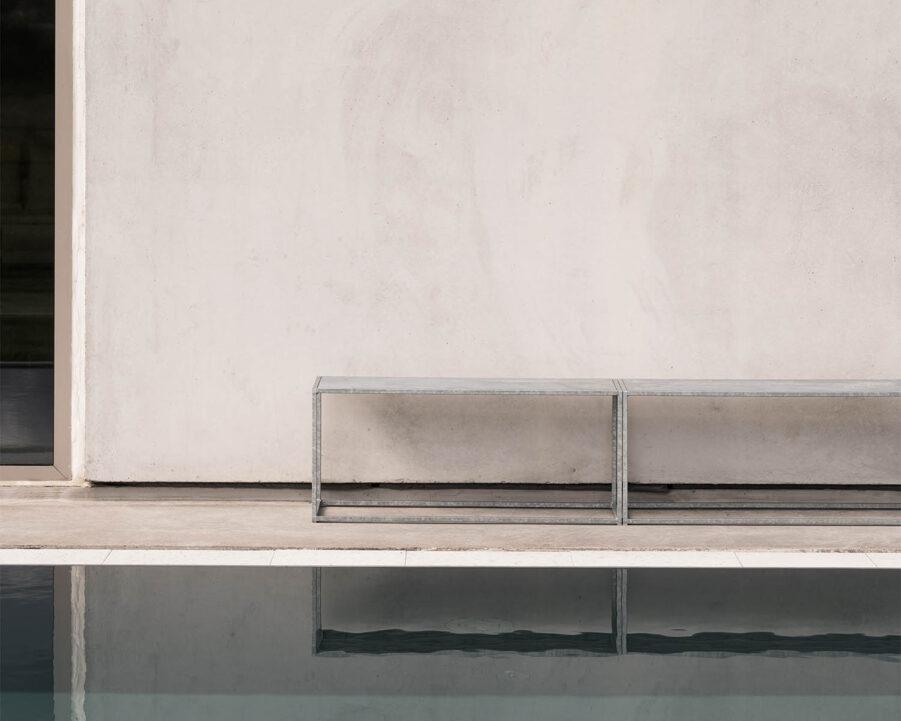 Miljöbild bänk i galvaniserat stål från Design Of.