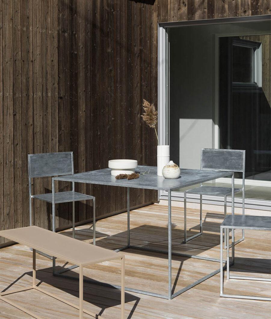 Miljöbild på Square matbord med stolar i galvad stål frånn Design Of.