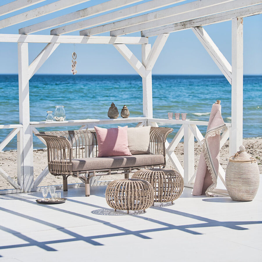 Miljöbild på Belladonna soffa från Sika-Design i aluminium och konstrotting.