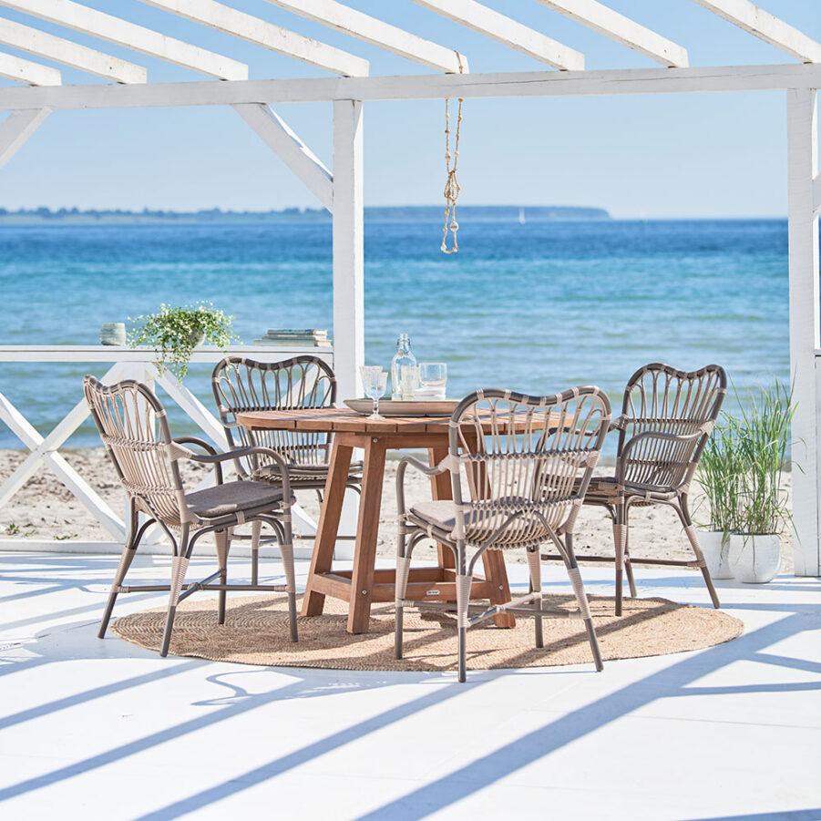 Miljöbild på matgrupp med teakbordet George och stolarna Margret från Sika-Design.