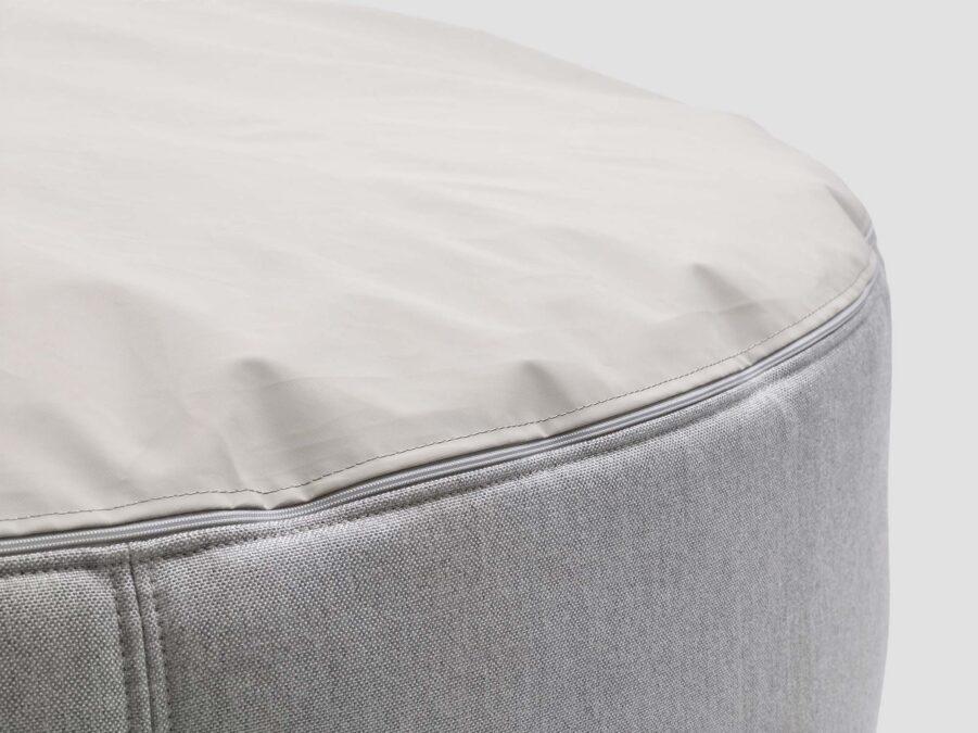 Detaljbild på Pupillow sittpuff i färgen silver.