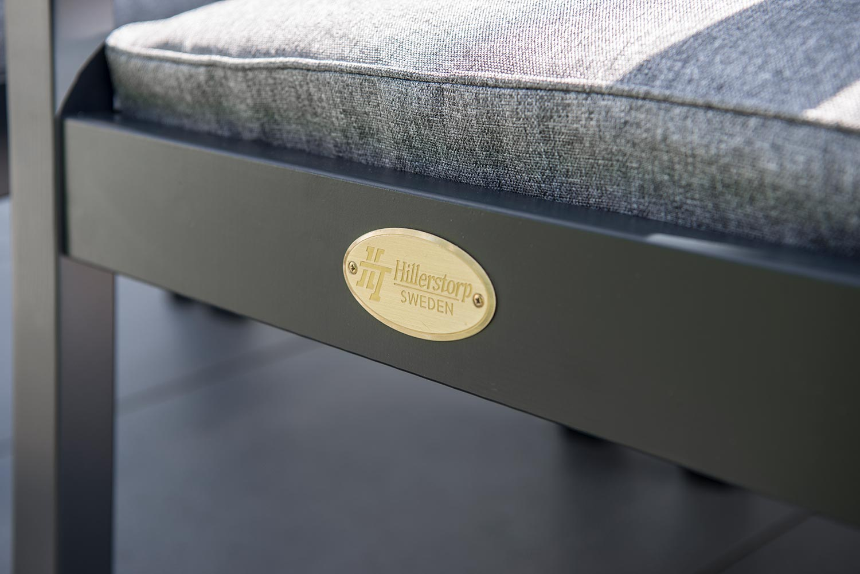 Detaljbild på Stoltö karmstol i orkangrått från Hillerstorp.