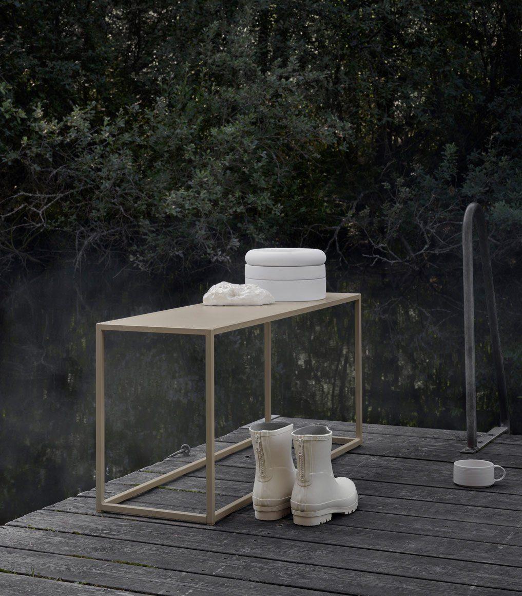 Bänk i beigelackat rostfritt stål från Domo Design.