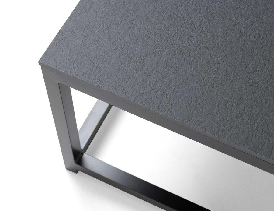 Detaljbild på Jet Set soffbord i svart med laminatskiva från Hillerstorp.