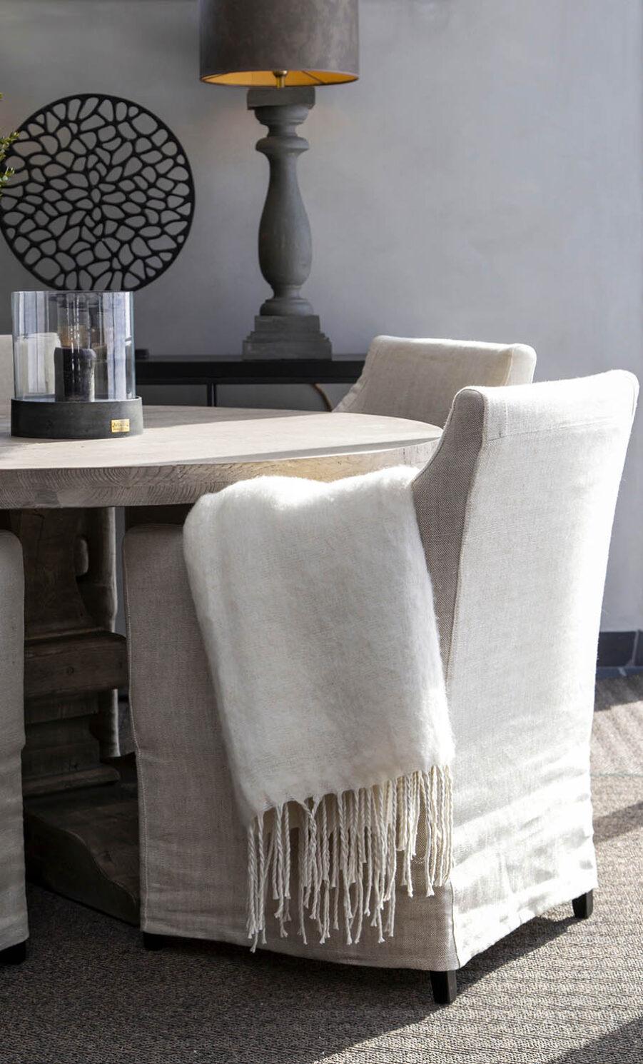 Avignon matstol i färgen linne sand från Artwood.