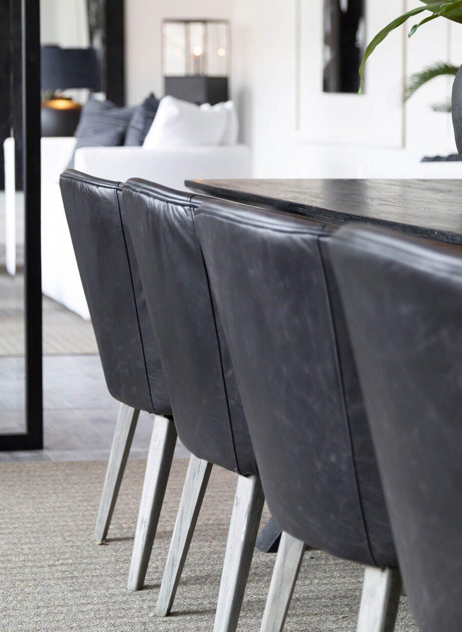 Miljöbild på stolarna La Vella i svart skinn från Artwood.
