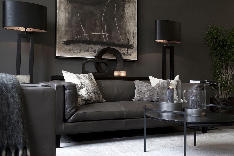 Miljöbild av Spencer skinnsoffa från ARtwood med soffbordet Capulus och Arezzo golvlampor.