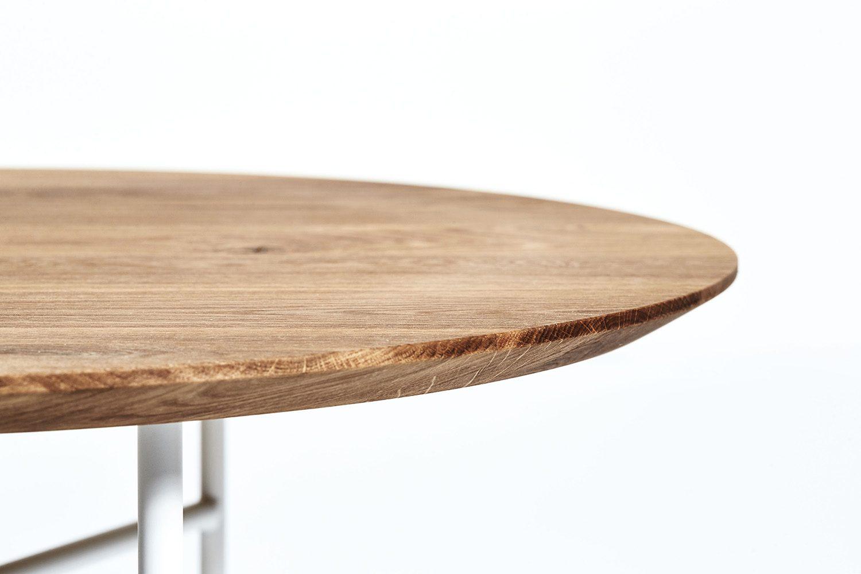 Detaljbild på soffbordet Tribeca med skiva i oljad massiv ek och vitt lackat stativ.