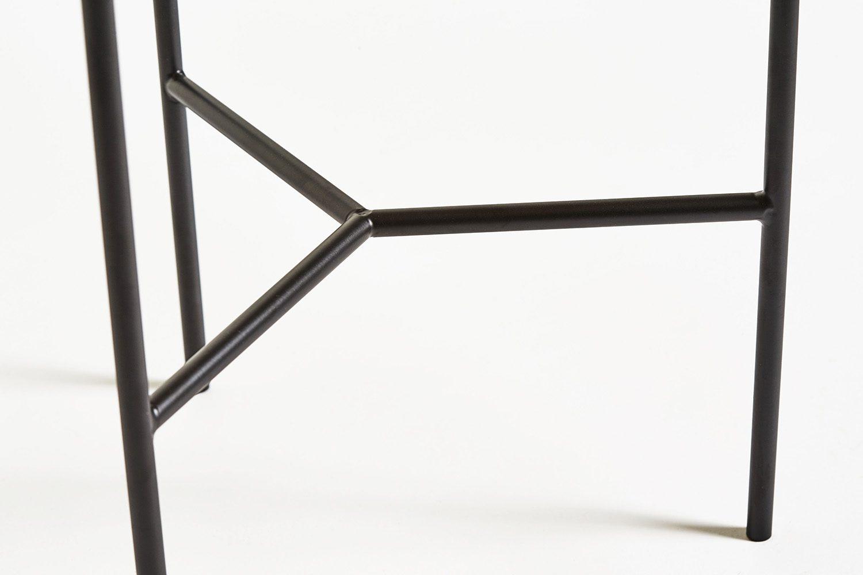 Detaljbild på Tribeca sidobord med svart stativ.