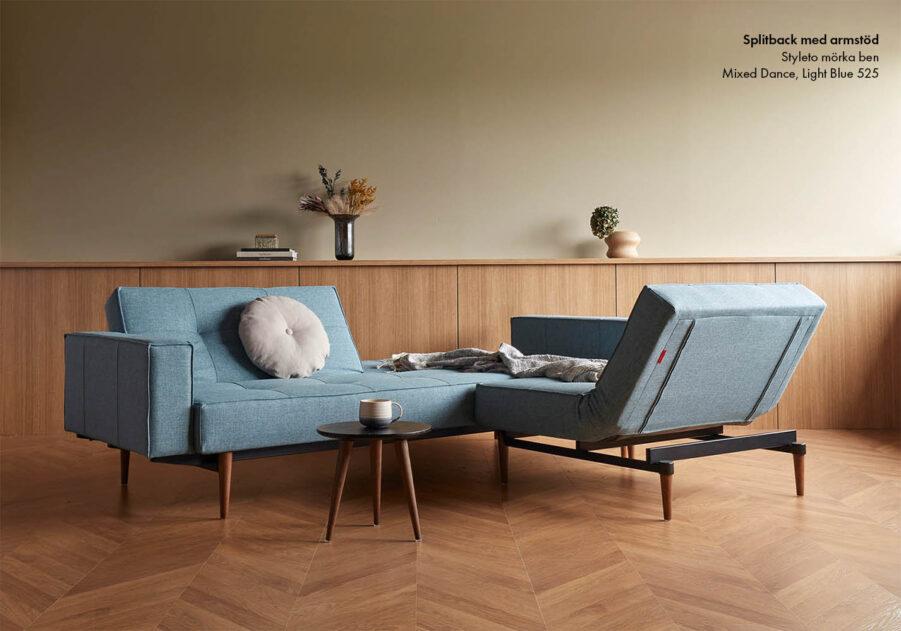 Miljöbild på Splitback Styletto bäddsoffa och fåtölj i blått mixed dance tyg.