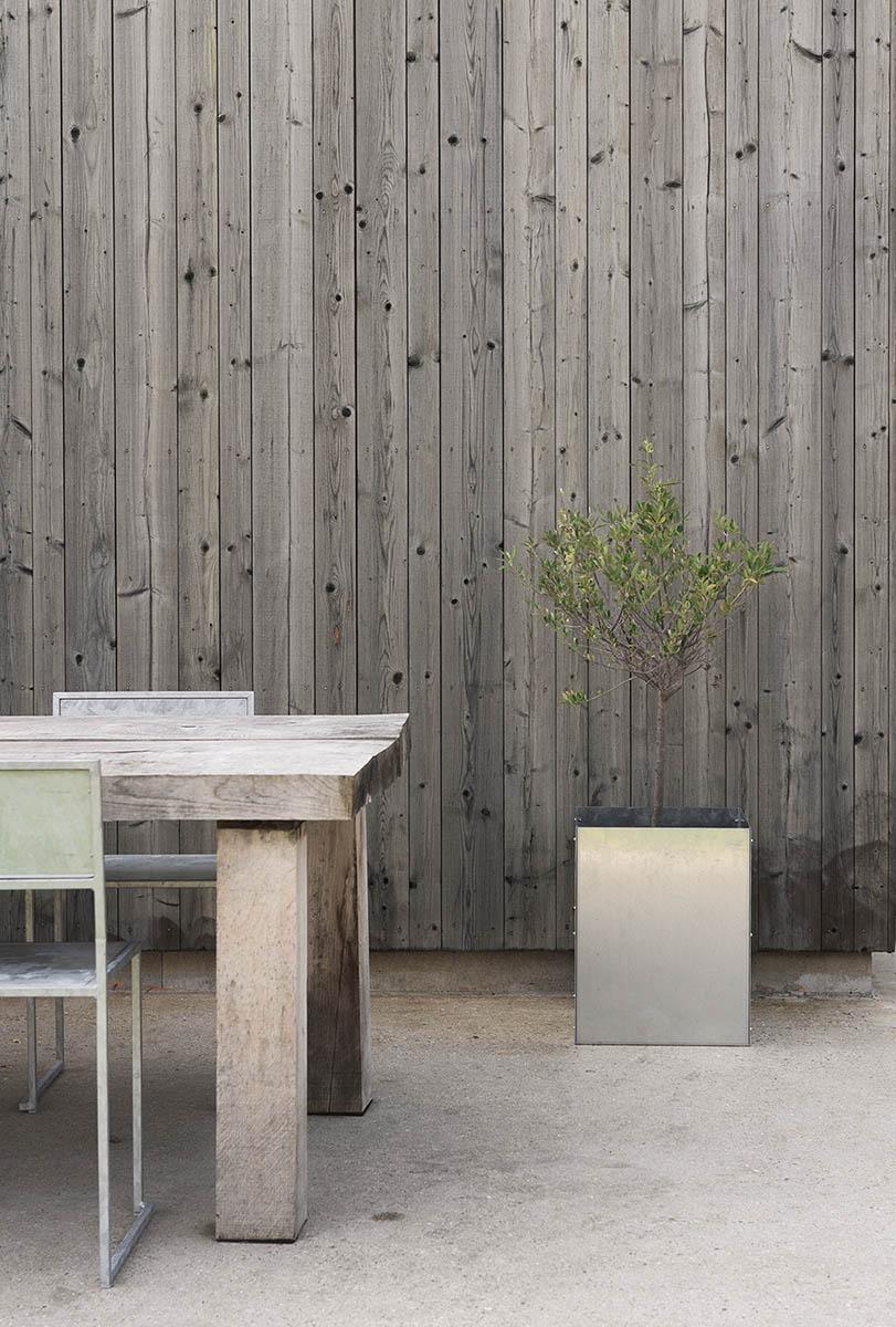 Miljöbild på Chair 2 i galvad stål.