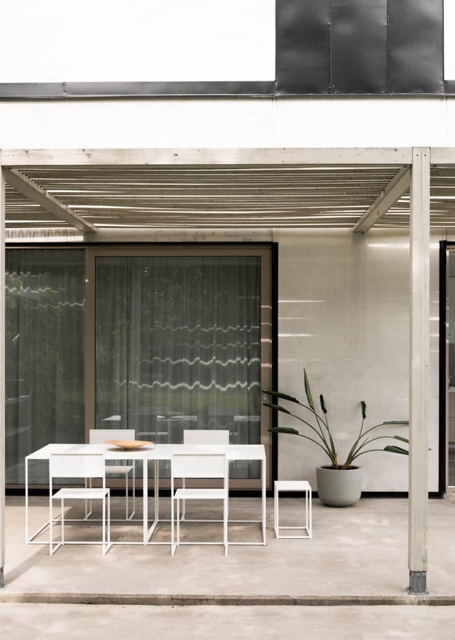 Miljöbild på vita Chair 2 från Design Of.