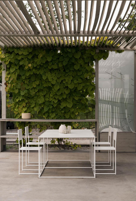 Matgrupp i vitt från Design of med stol 2 och Square.