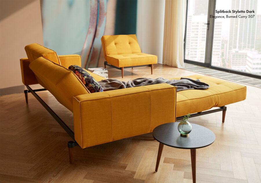 Miljöbild på Splitback soffa och fåtölj med tyget Elegance burned curry.