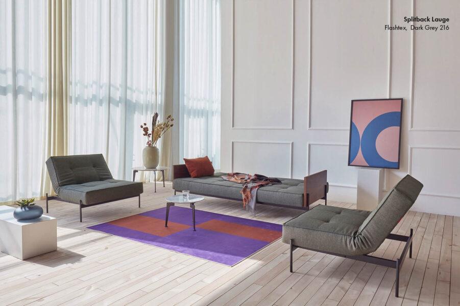 Miljöbild på Splitback Lauge soffa och fåtölj med tyget Flashtex Dark Grey.