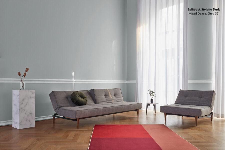 Miljöbild på Styletto Splitback soffa med tyget Mixed Dance grey.