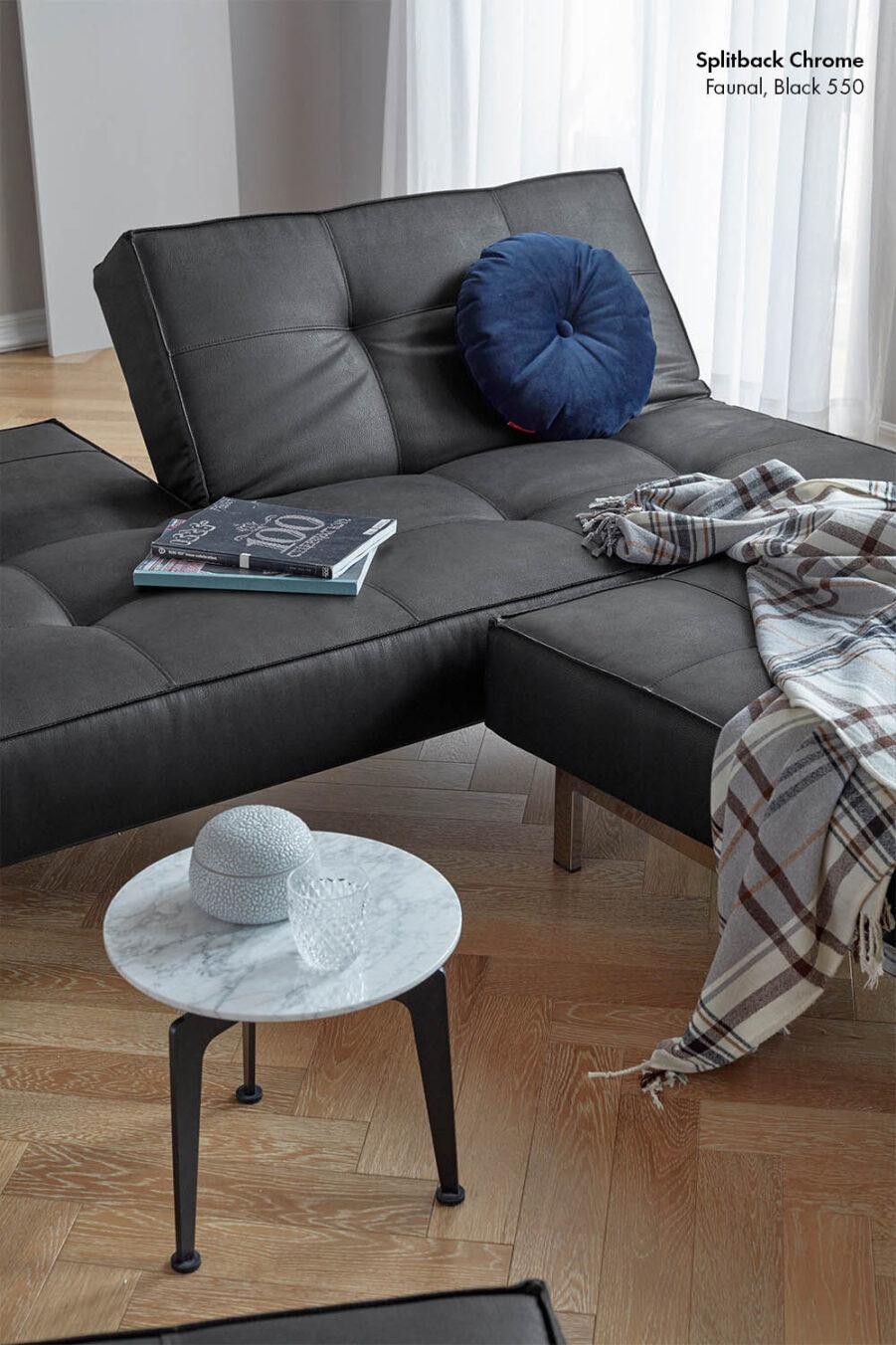 Miljöbild på Splitback soffa med tyget Faunal Black och Chrome stativ.