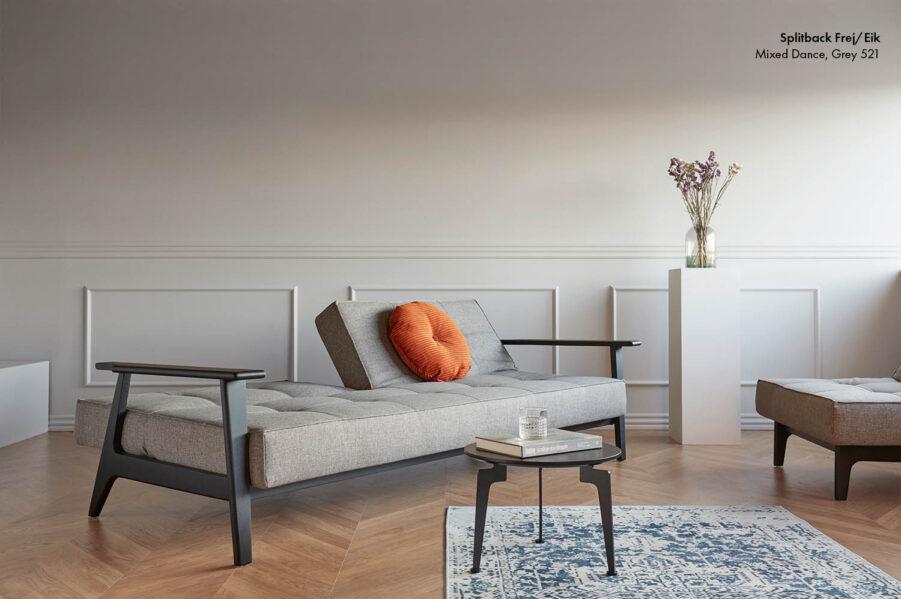 Splitback soffa med svarta ben och armstöd med tyget Mixed ance grey.