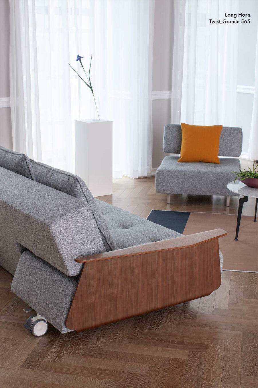 Miljöbild på Long Horn soffa med armstöd och Long Horn fåtölj.