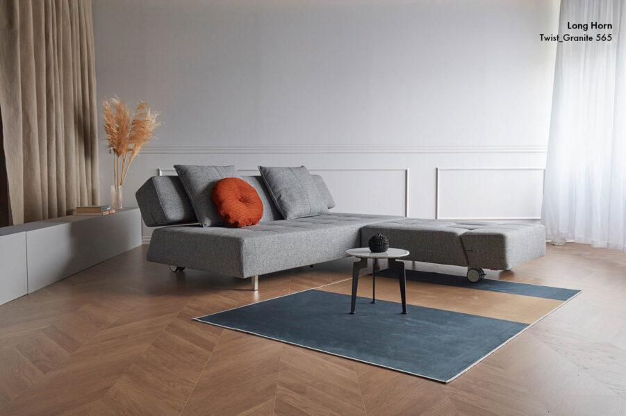 Miljöbild på Long Horn soffa och fåtölj i det gråa tyget Twist Granite.