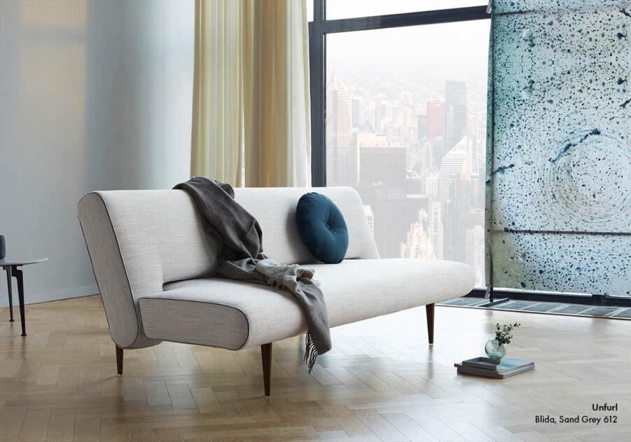 Unfurl soffa i Linen Sand tyg.