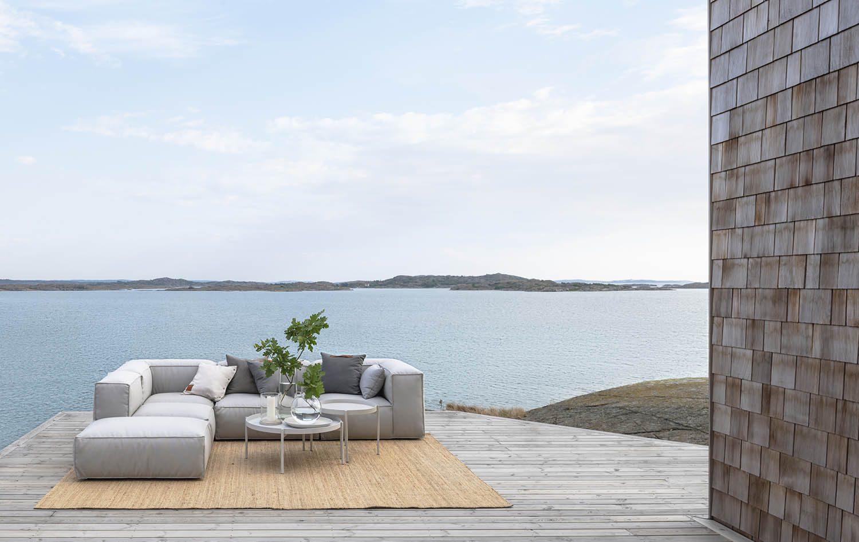 Miljöbild på soffan Asker i sunbrellatyg med aluminiumstomme.