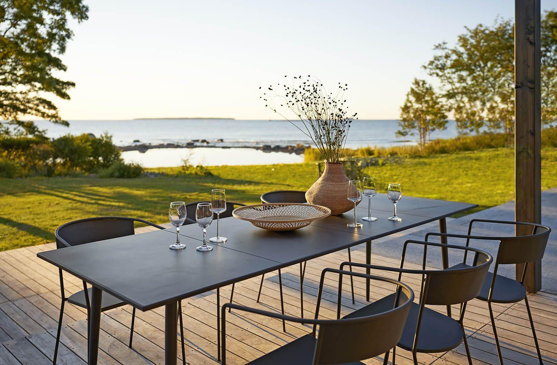 Miljöbild av karmstolen Arholma med matbordet Saltö.