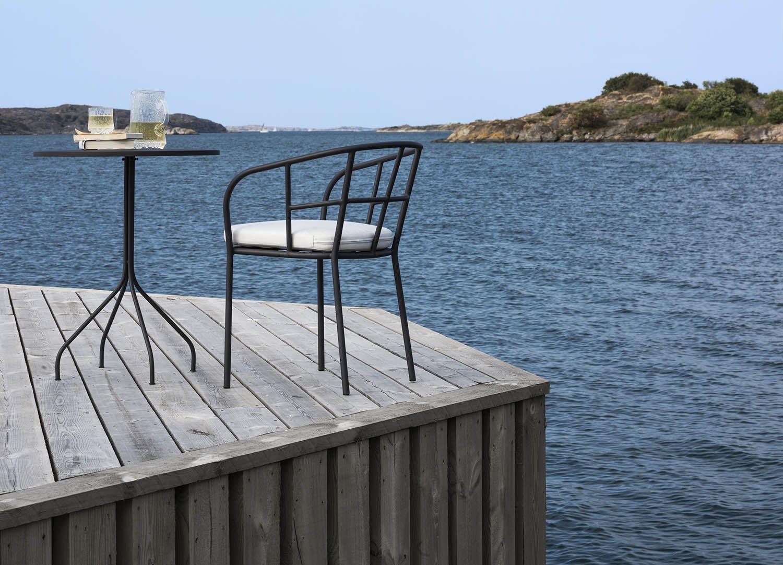 Miljöbild på Arholma bord och Saltö karmstol i mörkgrått.