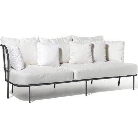 Saltö soffa i mörkgrått med vita dynor.