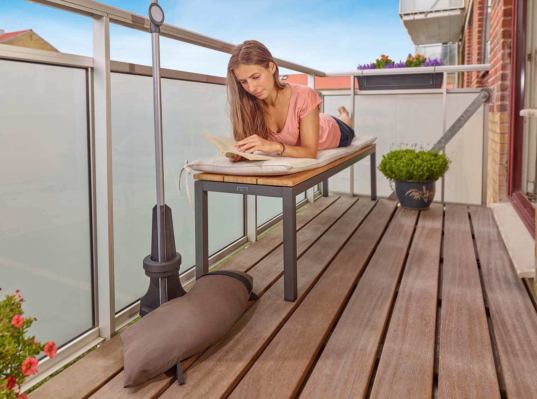 Plinthit balkongparasollfot i mörkbrunt som väger 20 kg.