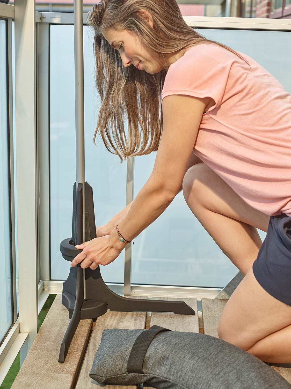 Plinthit balkongparasollfot i antracitgrått som väger 20 kg.