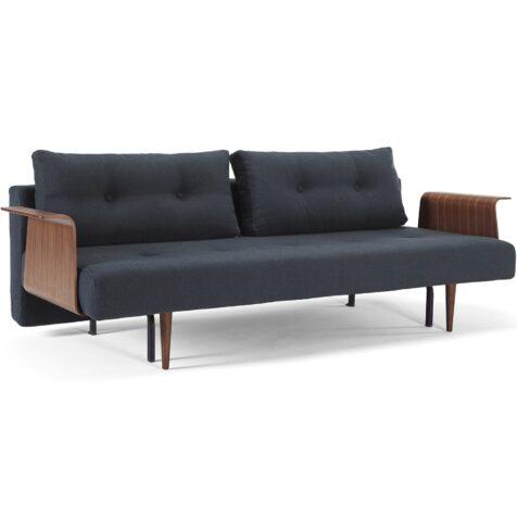 Miljöbild på Recast soffa i tyget Nist Blue och armstöd i valnötsfanér.