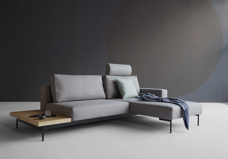 Miljöbild på Bragi bäddsoffa med sidobord från Innovation Living i färgen Flashtex Light Grey.