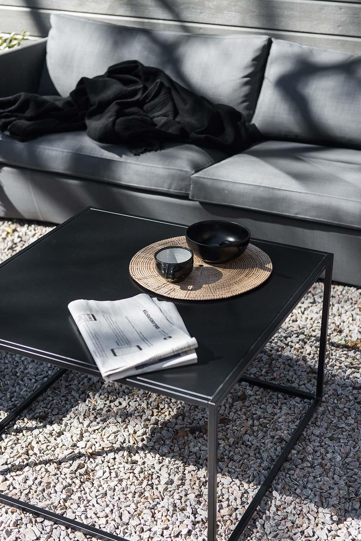 Ett svart soffbord från Domo Design i serien outdoor.