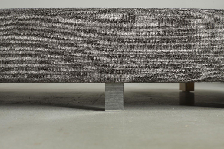 Cube ben i aluminium till Sigmund dagbädd från Innovation Living.