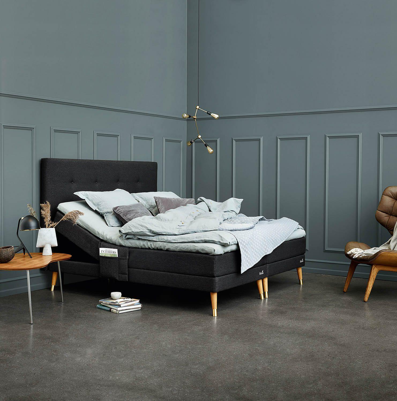 Miljöbild på Entré/Element ställbar säng med knappad sänggavel.