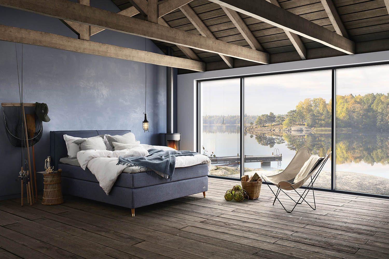 Miljöbild på kontinentalsäng från Ekens med en tvådelad sänggavel.