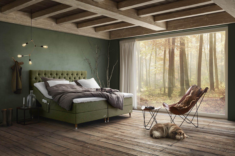 Miljöbild på Ekens Essens/Elegans ställbar säng med djupknappad sänggavel.